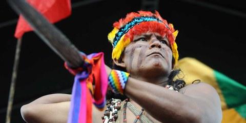 Un membre de la communauté Shuar lors d'une marche de protestation contre la réalisation de nouveaux projets de mines, qui mettent en danger les indigènes et l'environnement en Amazonie © RODRIGO BUENDIA/AFP/Getty Images