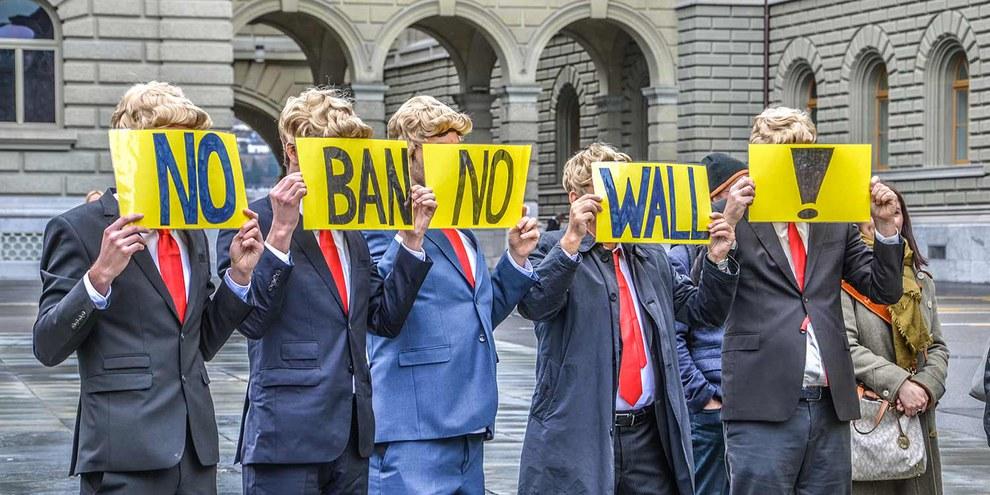 Des membres d'Amnesty Suisse déguisés en Donald Trump protestent contre le décret anti-migration à Berne. © Amnesty International