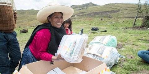 Máxima Acuña ouvre un paquet de messages de solidarité envoyés des quatre coins du monde. © Amnesty International