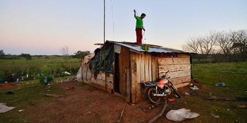 Reconstruction d'une maison à Guahory au Paraguay, une communauté agricole qui a été confrontée à des expulsions en 2016 et 2017. © Amnesty International/Gustavo Luis