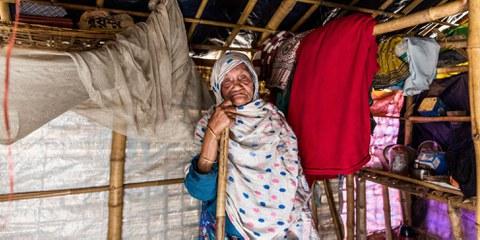 Sokhina Khatun a environ 90 ans et vit actuellement dans le camp #1 East au Bangladesh. © Amnesty/Reza Shahriar Rahman