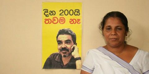Sandya Eknaligoda avec un portrait de son mari Prageeth disparu © Droits réservés