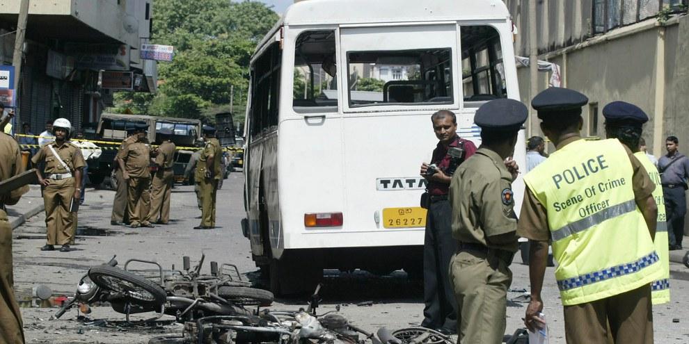 Des policiers sri-lankais mènent une enquête sur le site d'une explosion provoquée par des rebelles tamouls à Colombo, en mai 2007. ©APGraphicsBank