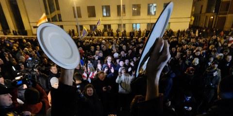 Des manifestant·e·s protestent contre l'imposition d'une taxe sur les chômeurs à Minsk le 17 février 2017. Une vague d'arrestations et de manœuvres d'intimidation a suivi les manifestations pacifiques contre cette mesure. Plus de 900 personnes ont été arrêtées entre mars et mai 2017. © AFP/Getty Images