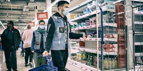 Des gens faisant leurs courses pendant la pandémie de coronavirus, Londres, 19 mars 2020. © Nickolay Romensky