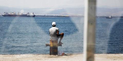 Un homme dans le camps de Skaramagas, près d'Athènes, juillet 2016.© Giorgos Moutafis/Amnesty International