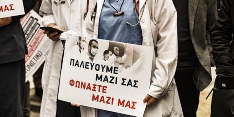 Le personnel médical de l'hôpital Evangelismos organise une manifestation dans la cour de l'hôpital, à Athènes, le 7 avril 2020, à l'occasion de la Journée mondiale de la santé.© Dimitris Lampropoulos/NurPhoto/Getty