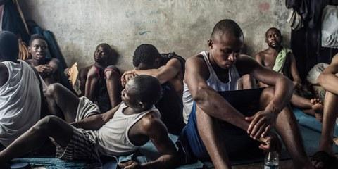 Des réfugiés détenus dans le centre Tarik Al Sika à Tripoli en Libye. © Taha Jawashi