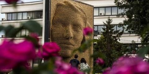 """Le monument """"Héroïnes"""", à Pristina, rend hommage au sacrifice et à la contribution des femmes durant le conflit de 1998-1999 au Kosovo. Les violences sexuelles, notamment les viols, ont été couramment utilisées pendant la guerre du Kosovo. La plupart des victimes attendent toujours que les auteurs soient jugés. Des indemnités, attendues de longue date, seront mises en place à partir de janvier 2018. © ARMEND NIMANI/AFP/Getty Images"""