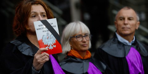 Une manifestante déguisée en juge proteste contre les réformes de la Cour suprême avec la Constitution polonaise à la main et exige la liberté des tribunaux. Cracovie, Pologne © Omar Marques/SOPA/LightRocket/Getty Images