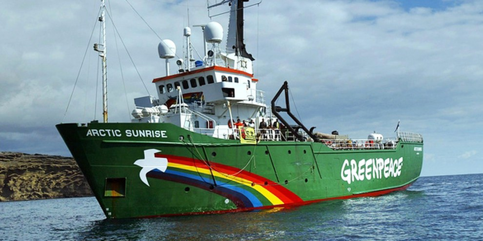 Les militants Greenpeace qui étaient à bord de l'Arctic Sunrise sont accués de piraterie. © SAMUEL ARANDA/AFP/Getty Images