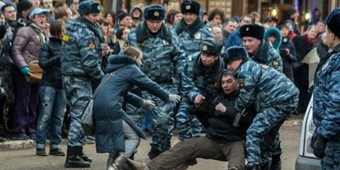 En février 2014, par exemple, la police dispersait violemment une manifestation suite au verdict du cas Bolotnaïa. © Denis Bochkarev / Amnesty International