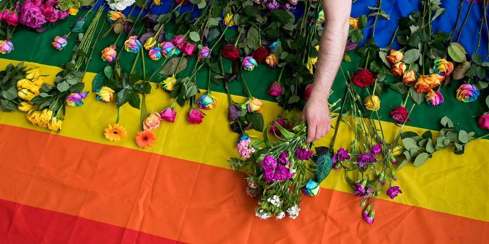 Des manifestants ont déposé des roses sur un drapeau arc-en-ciel devant l'ambassade de Russie à Londres pour protester contre la persécution des homosexuels en Tchétchénie en juin 2017. Le 30 mai 2017, le ministre russe des Affaires étrangères Sergueï Lavrov, en réponse aux critiques du président français Emmanuel Macron a souligné que les rapports sur la persécution des homosexuels en Tchétchénie n'étaient étayés par «aucun fait». © AFP/Getty Images