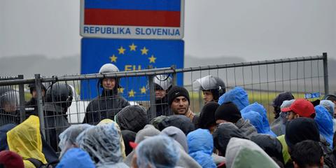 La police slovène a commencé peu à peu à laisser passer les arrivants le 19 octobre, en accordant la priorité aux familles. © Getty Images