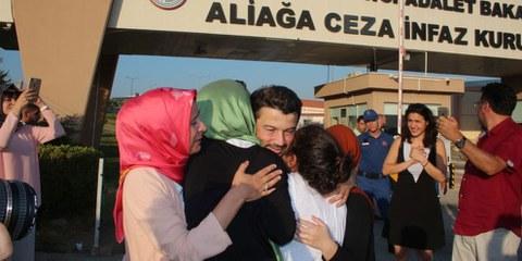 Taner Kılıç retrouve enfin sa famille après plus d'une année passée injustement en prison. © Amnesty International