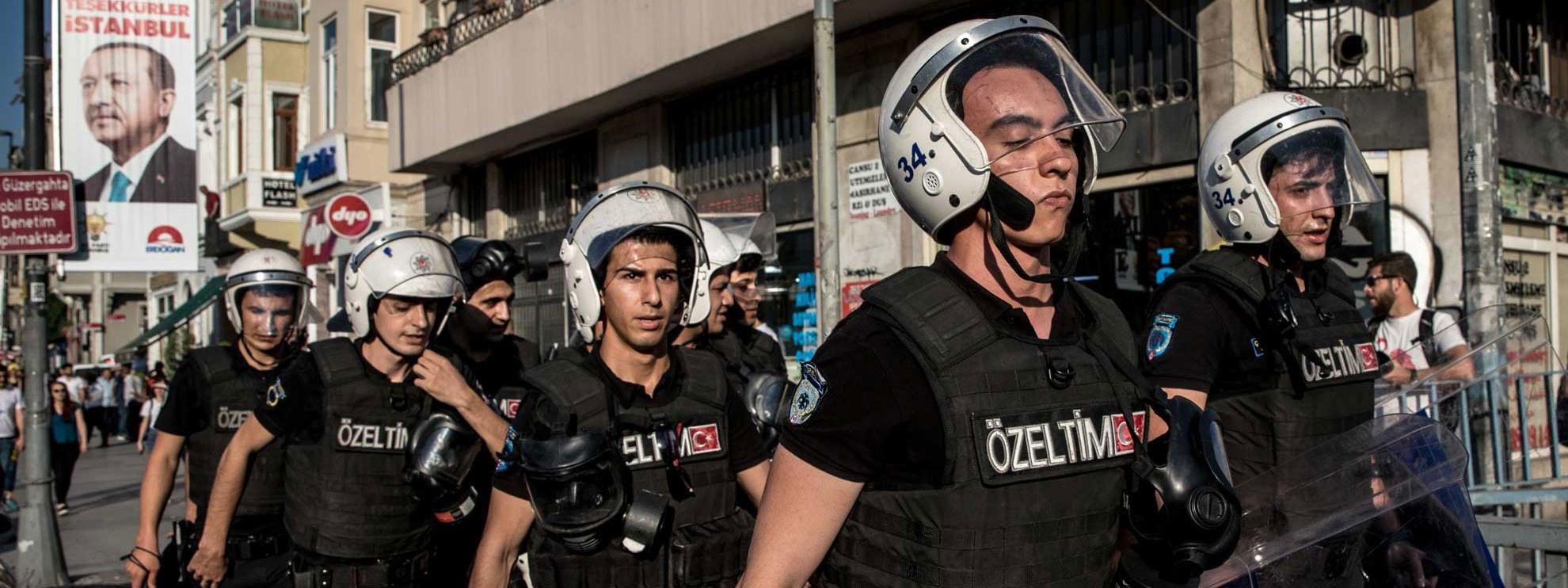 La police anti-émeute hautement équipée dans les rues d'Istanbul le 1er juillet 2018. © Chris McGrath/Getty Images