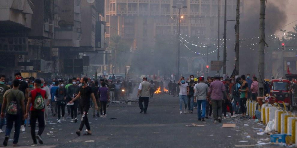 Les forces de sécurité utilisent des balles réelles contre une manifestation à Bagdad le 9 novembre 2019.  © SABAH ARAR/AFP via Getty Images