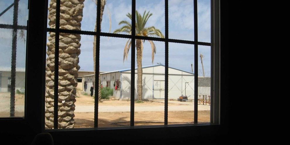 Centre de détention de Khoms en Libye, où les ressortissant·e·s du Tchad, de l'Erythrée, du Niger, du Nigeria, de la Somalie, du Soudan et d'autres pays africains sont détenu·e·s indéfiniment. Septembre de 2012. © AI