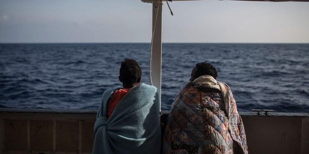 Des migrants sur le pont du bateau de l'ONG Proactiva Open Arms boat le 2 juillet 2018. © OLMO CALVO/AFP/Getty Images