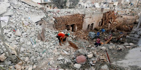 Des civils inspectent un site touché par des frappes aériennes russes, dans la province d'Alep en Syrie. © REUTERS/Ammar Abdullah