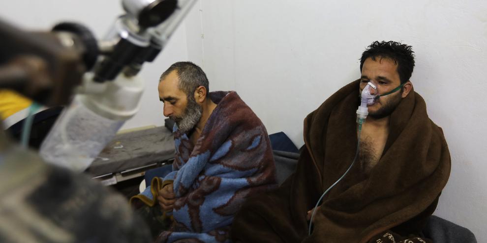 Cinq personnes ont été soignées après les frappes aériennes du régime syrien sur la ville de Saraqeb, au nord-ouest du pays. © Omar Haj Kadour /AFP/Getty Images