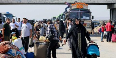 Des personnes déplacées de Daraa sont transportées par convoi à Idlib. 24 juillet 2018. © Ekrem Masri/Anadolu Agency/Getty Images