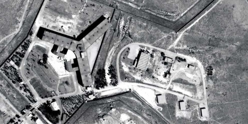 La prison militaire de Saydnaya est située à 30 km au nord de Damas, en Syrie. La prison est sous la juridiction du ministre de la défense et est gérée par la police militaire. Saydnaya est devenue célèbre pour l'usage de la torture et de la force excessive à la suite d'une émeute de détenus en 2008.©Digitalglobe 2016