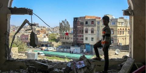 Un jeune garçon yéménite face aux dégâts d'un tir d'obus. © AHMAD AL-BASHA/AFP/Getty Images