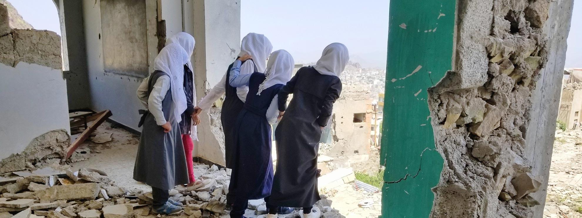 Des écolières découvrent leur école détruite, Taiz, octobre 2018. ©  anasalhajj / shutterstock.com
