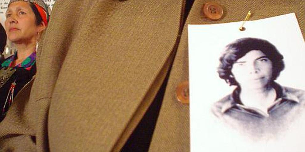 Femme de Calama, portant une photo d'une de ses proches «disparues» © AI