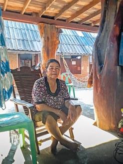 Il y a deux ans, la sécheresse a contraint la rizicultrice Laam Lakul à dépendre des revenus de son fils, employé dans l'administration locale. © Pintong Lekan