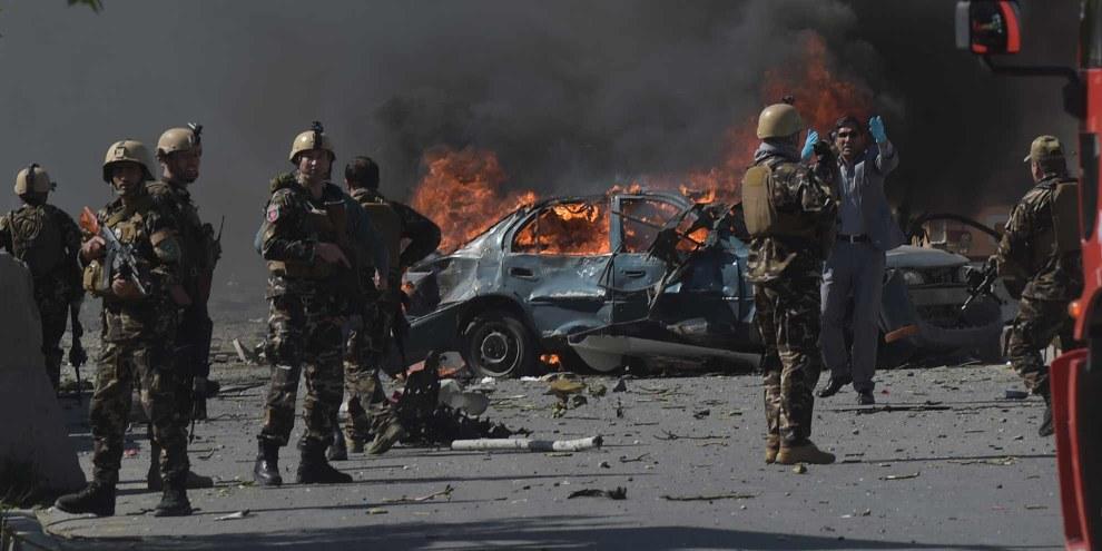 Les forces de l'ordre afghanes après un attentat dans le quartier diplomatique de Kabul le 31 mai 2017. © SHAH MARAI/AFP/Getty Images