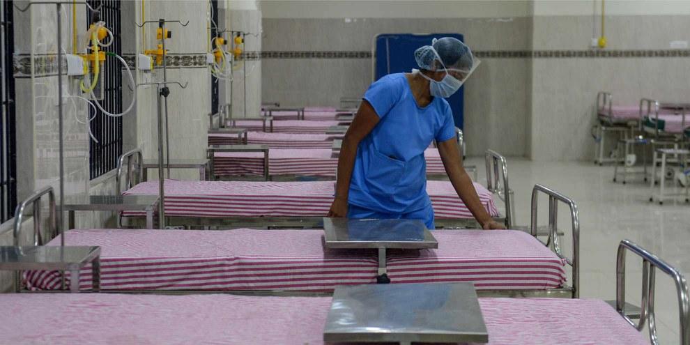 Près de 3000 personnes dans le monde travaillant dans le domaine de la santé sont décédées du virus, faute de protection suffisante. © AFP via Getty Images