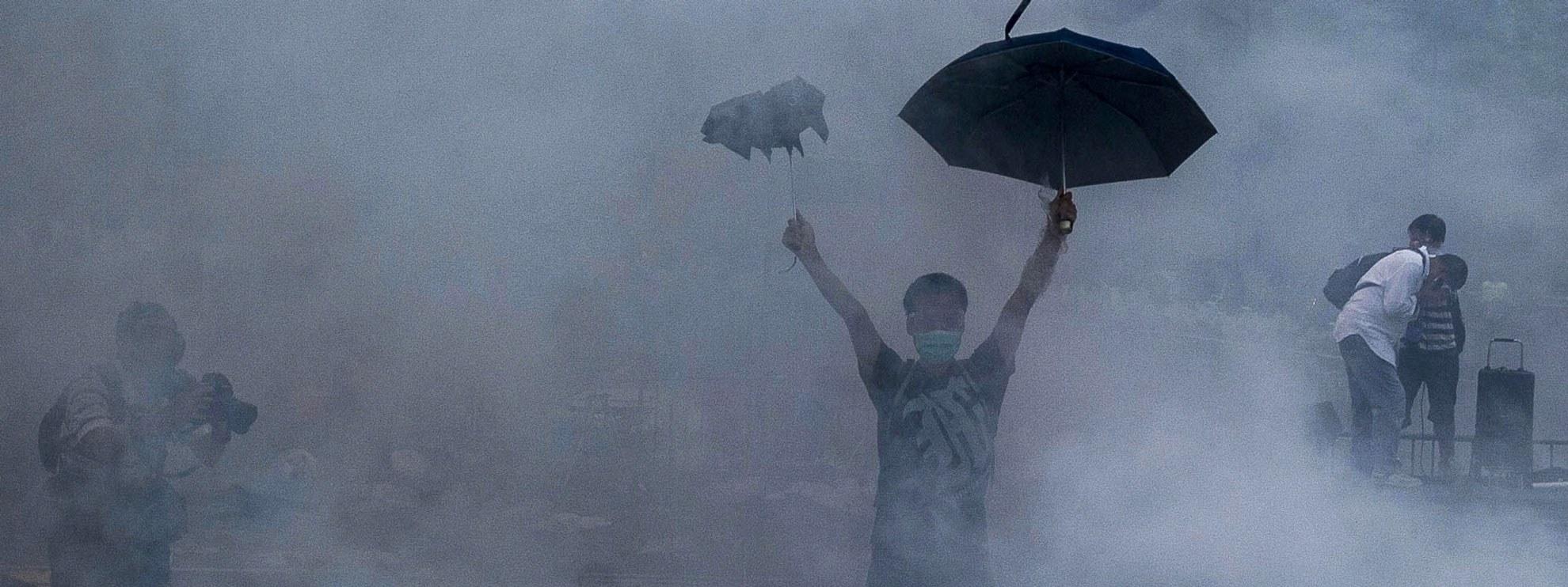Évasion de gaz lacrymogène : des pétards de gaz lacrymogène de la police lors d'une manifestation pour la démocratie près de l'immeuble du gouvernement de Hong Kong le 28 septembre 2014. Getty Images/AFP