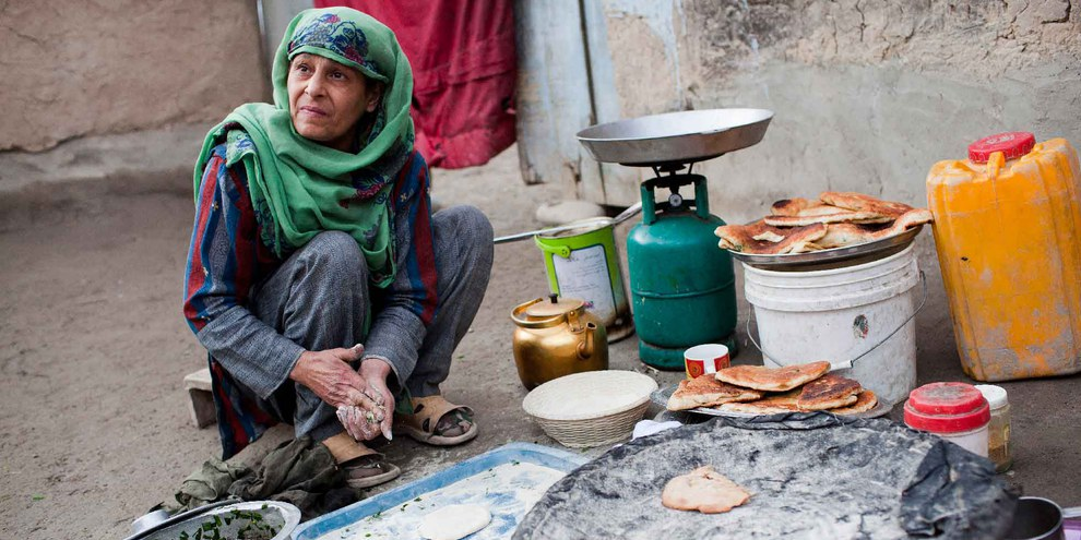 Cuisson du pain dans un camp provisoire près de Kaboul. © UNHCR / J. Tanner