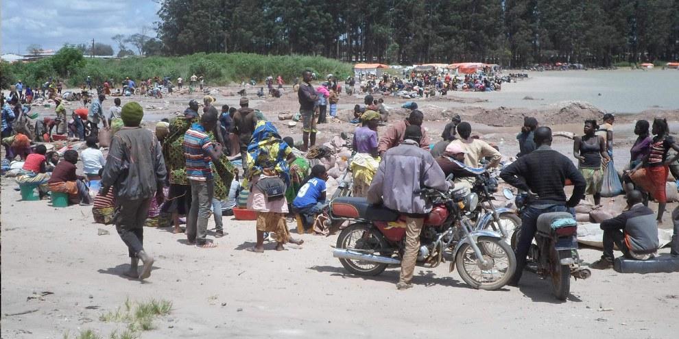 Extraction de cobalt, un minerai utilisé dans les batteries lithium-ion, au lac Malo (République démocratique du Congo) en 2017. © Amnesty International