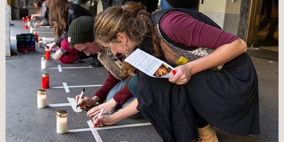 TRADUIRE Strassenaktion für die verschwunden Studenten von Ayotzinapa am End-of-Summer Weekend 2015 in Bern© Michael von Bergen