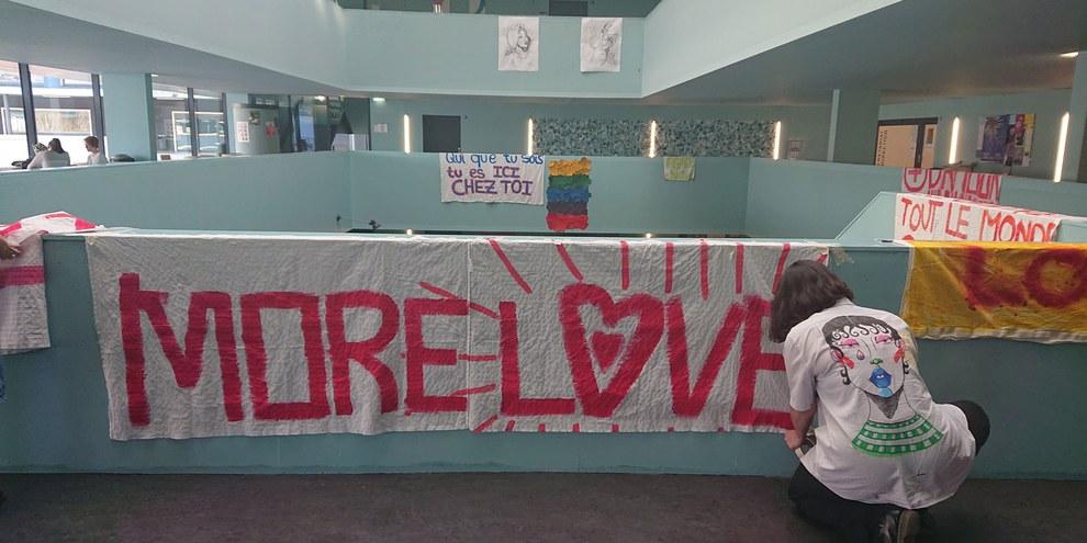 En réaction aux tags haineux qui ont recouvert les murs de leur gymnase, les jeunes ont répondu par des messages de bienveillance. © Amnesty International