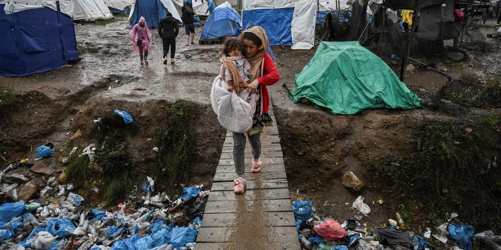 Una donna con il figlio nel campo di Moria, in Grecia. ©AFP via Getty Images