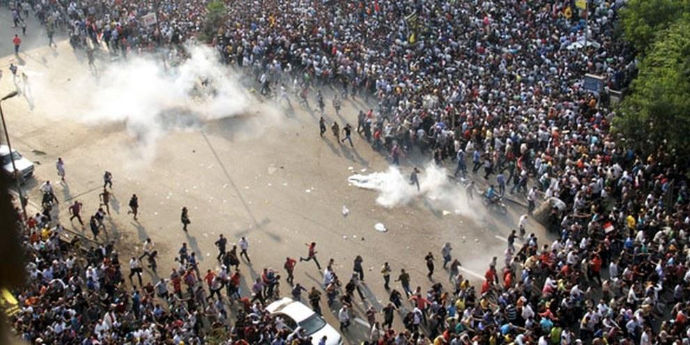 Il Cairo: nel mese di ottobre 2013 una manifestazione pro Morsi era stata dispersa con l'uso di gas lacrimogeni   © AHMED GAMEL/AFP/Getty Images