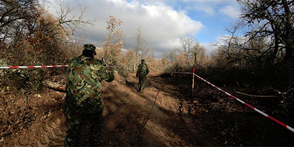 Alcune guardie di confine controllano la situazione presso il nuovo filo spinato di recinzione tra Bulgaria e Turchia   © AP Photo/Valentina Petrova