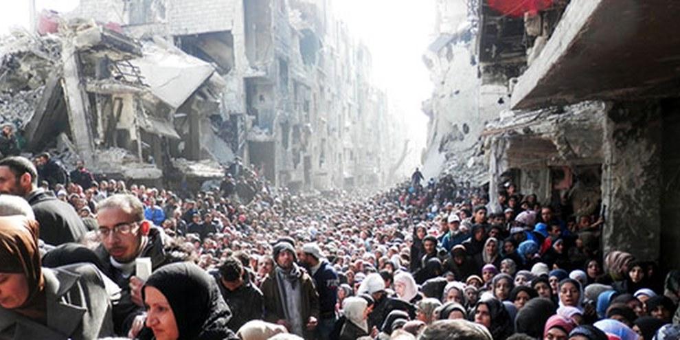 Gli abitanti di Yarmuk in attesa di ricevere il cibo distribuito dalle Nazioni Unite.   © unrwa.org