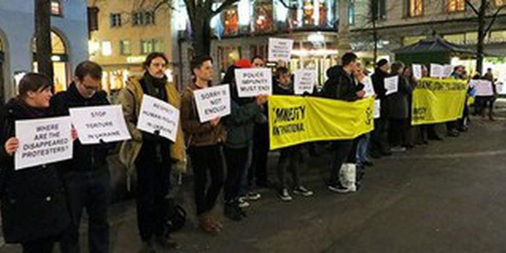 Zurigo, 11 febbraio 2014: azione di un gruppo di sostenitori di Amnesty International   © Amnesty International