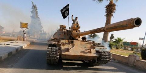 Combattenti per lo Stato Islamico durante una parata militare nel nord della provincia di Raqqa. © REUTERS/Stringer