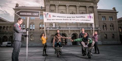 Azione durante la consegna delle firme a sostegno di una Svizzera più umana nell'applicazione del trattato di Dublino© bygabee.com