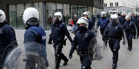 Poliziotti belgi in tenuta anti-sommossa in marcia verso Molenbeek, Bruxelles, il 2 aprile 2016. © REUTERS/Yves Herman