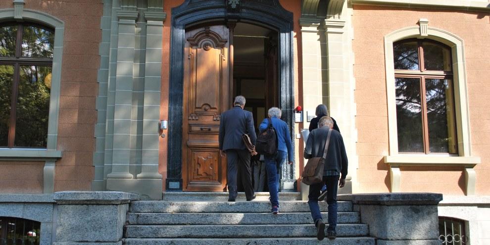 Anni Lanz e il suo avvocato entrano nel palazzo del Tribunale cantonale vallesano, 21 agosto 2019 © Amnesty International