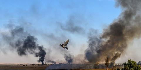 Il fumo sorge dalla città siriana di Tal Abyad, il secondo giorno dell'operazione militare turca contro le truppe curde. © BULENT KILIC/AFP via Getty Images