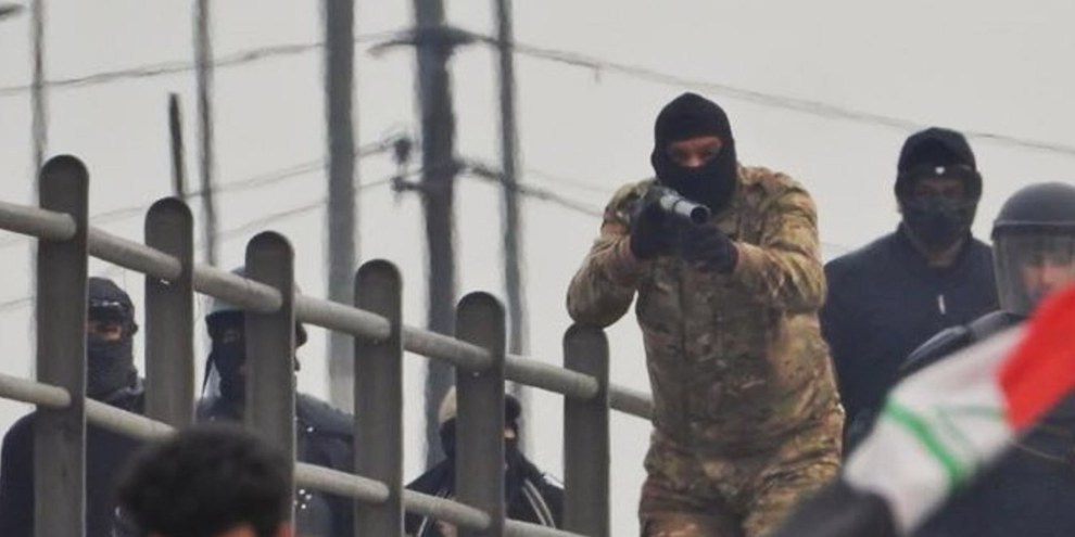 Le forze di sicurezza irachene prendono di mira i manifestanti su un ponte dell'autostrada Mohammed al-Qasim a Bagdad, il 21 gennaio 2020. @ Ali Dab Dab
