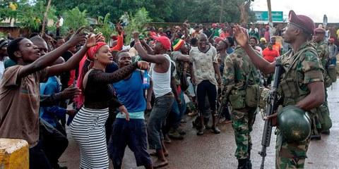 Le forze di sicurezza hanno ispezionato i manifestanti a Lilongwe, Malawi, il 16 gennaio 2020, durante una protesta contro i presunti tentativi di corruzione dei giudici che supervisionano una contestazione legale alla rielezione del presidente del Paese, lo scorso anno. ©Amos GUMULIRA / AFP tramite Getty Images